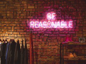 be reasonable -teksti neonkyltissä seinällä kuva: Victor Garcia, Unsplash
